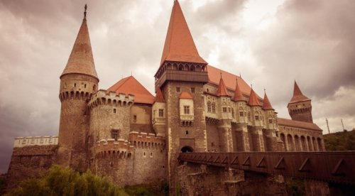 A COVID-19 vaccination center has been opened in Dracula's Castle | EUR News