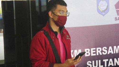 COVID-infizierter Mann vermeidet Reisebeschränkungen, indem er sich als seine Frau verkleidet