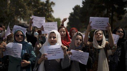 """Leurs droits """"éliminés"""" par le régime taliban : les femmes afghanes poursuivent le combat"""