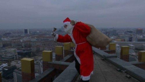 بابانوئلی که با فرود آمدن از بالای برج برای کودکان هدیه آورد