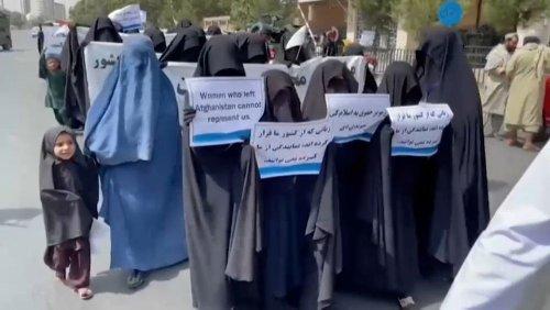 Kaboul : plusieurs centaines d'Afghanes manifestent pour montrer leur soutien aux talibans