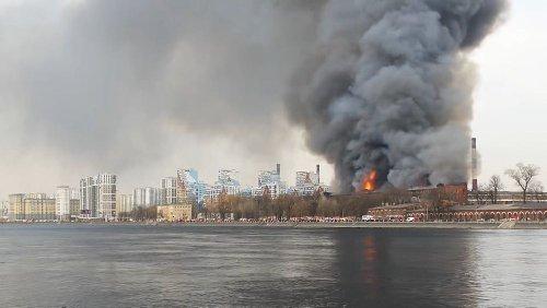 Gigantesque incendie dans une fabrique historique de Saint-Petersbourg