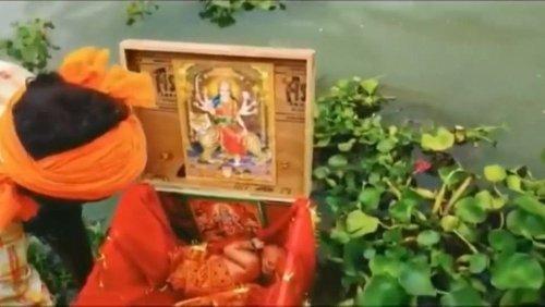 Ein Baby treibt in einer Kiste auf dem Ganges