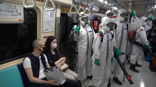 Nuova impennata di casi di Covid-19 a Taiwan: l'esercito disinfetta la metropolitana