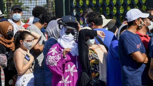 Face à la flambée de l'épidémie, les Tunisiens se ruent sur les vaccins