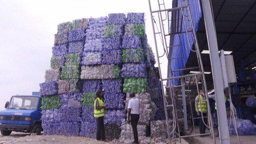Gegen Plastikmüll: In Kinshasa rattert der Schredder rund um die Uhr