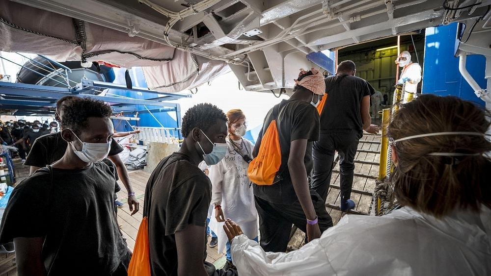 """الاتحاد الأوروبي يحثّ أعضاءه على إظهار """"التضامن"""" مع إيطاليا في استقبال اللاجئين"""