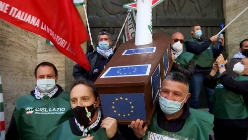 Airline workers protest against possible Alitalia layoffs