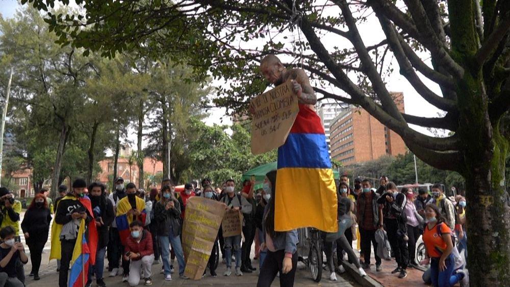 شاهد: مظاهرات بالشموع والموسيقى احتجاجا على الأوضاع الاقتصادية في كولومبيا