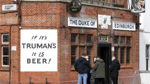Covid-19 : les Anglais retrouvent le goût de la bière au pub