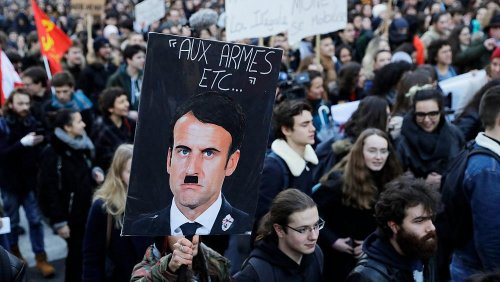 Macron als Hitler dargestellt: Frankreichs Präsident verklagt Werbetafel-Besitzer