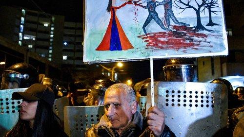 Erevan, migliaia di manifestanti davanti al Parlamento armeno: chiedono le dimissioni di Pashinyan