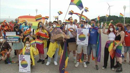 Nach UEFA-Entscheidung: Fußball-Fans mit Regenbogenflagge