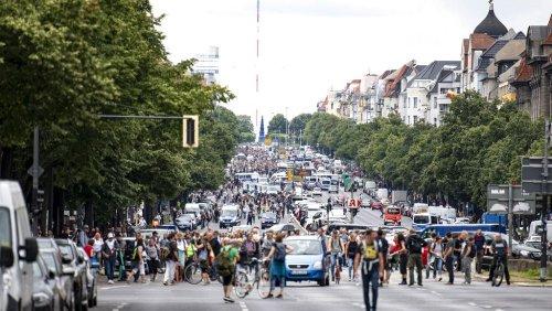"""""""Diktatur"""" in Berlin? Polizei gegen Querdenker, die trotz Verbot protestieren"""