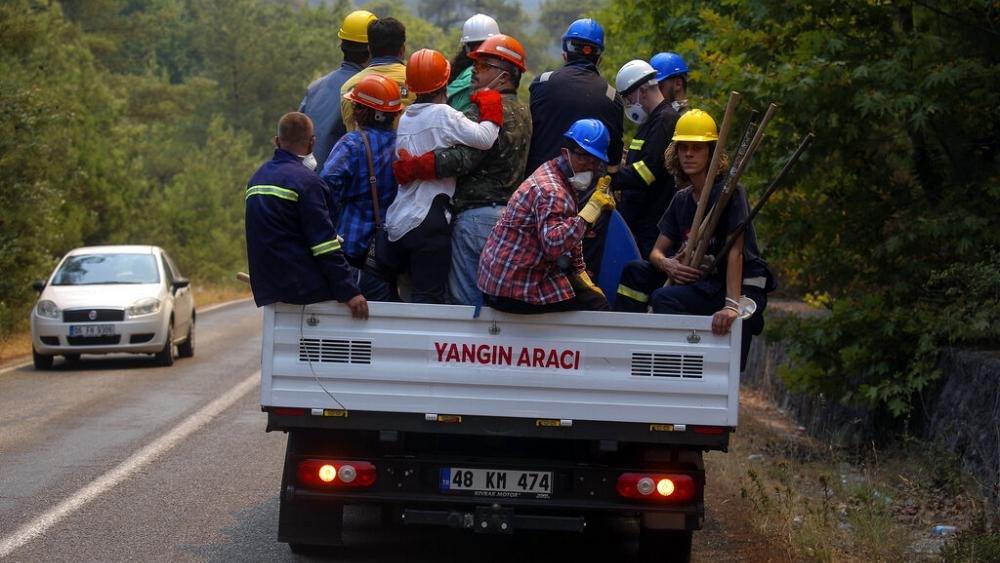 إجلاء مئات الأشخاص مع اقتراب حريق في تركيا من محطة حرارية