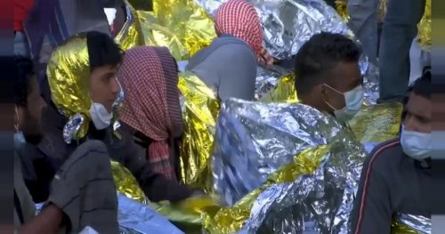 Hundreds of migrants await evacuation from Lampedusa | Africanews
