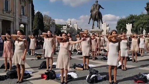 Protest in Unterwäsche - Ehemalige Alitalia-Angestellte demonstrieren in Rom
