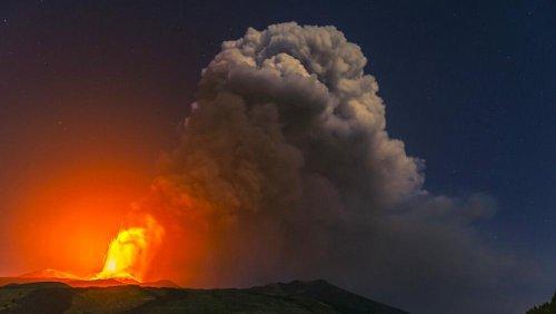 """L'Etna non si ferma più: quarta eruzione in sei giorni. Gli esperti: """"Il vulcano sta cambiando"""""""