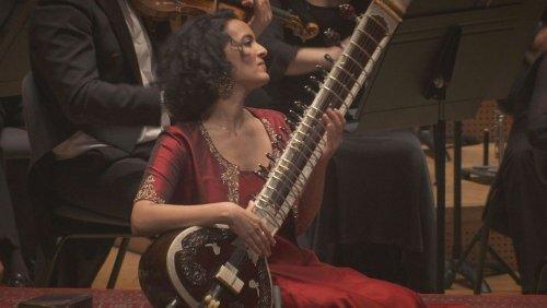 نوای سیتار مسحورکنندهٔ آنوشکا شانکار در همنوازی با ارکستر لیون