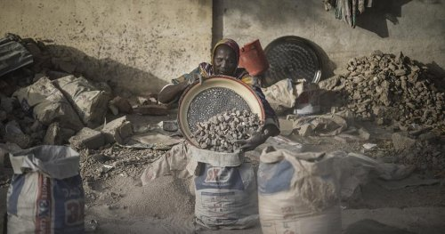 The Chadian women crushing gravel to make ends meet in dust and heat | Africanews