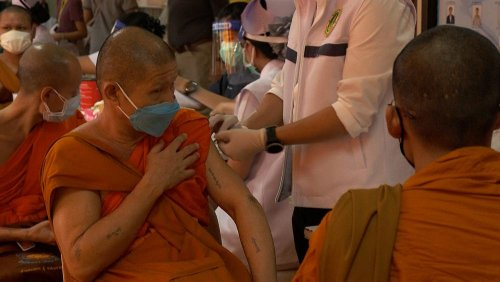 Buddhistische Mönche erhalten Impfung