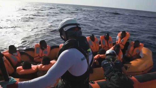 Rettungsschiffe suchen sicheren Hafen für hunderte Flüchtlinge