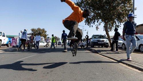 Skateboarders do Soweto celebram Dia da Juventude na África do Sul