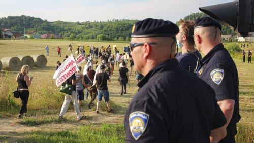 """""""Frontex abschaffen"""" - Aktivisten blockieren Grenzposten in Kroatien"""