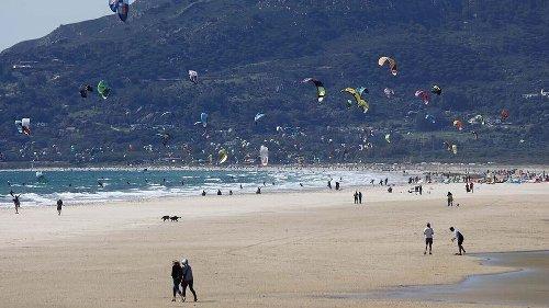 Competencia, contraria a la medida que obliga a las escuelas de kitesurf a pertenecer a la Andaluza de Vela