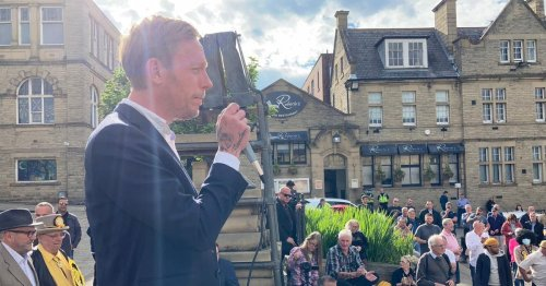 Laurence Fox defies council as huge crowd attends 'free speech' Batley rally