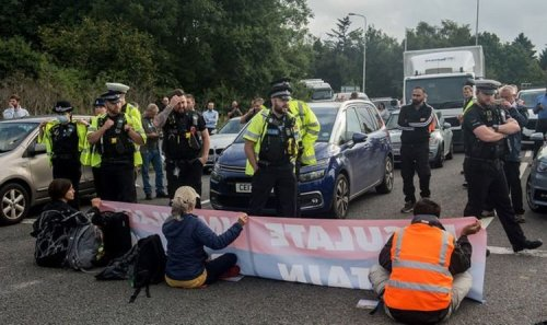 Police act swiftly to drag Insulate Britain activists off M25