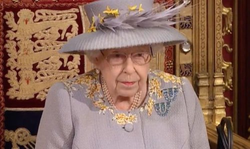 Queen health fears as worried royal fans see her 'sniffling a lot' in Parliament - video