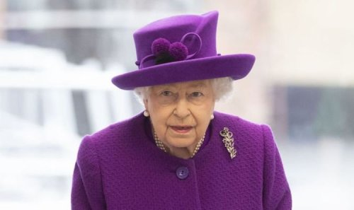 'Not a mask in sight!' Queen's advisor urged to 'take more care' as health fears soar