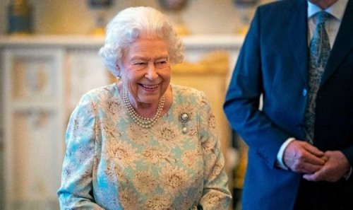 Queen opts for 'weird choice' of afternoon tipple - royal insider recalls Palace tea time