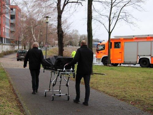 Schlimmer Anblick: Köln: Passanten finden treibende Leiche – wer ist der Tote?