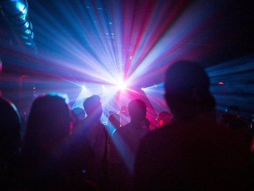 Erftstadt: Megalaute Techno-Party unter Autobahnbrücke – doch nicht nur das