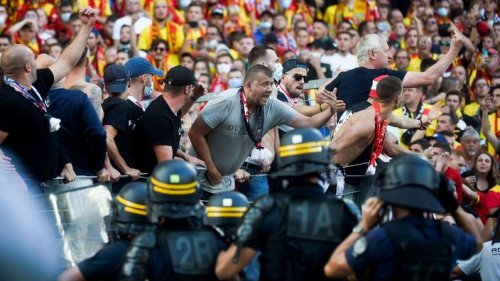 Envahissement du terrain, intervention des CRS, match interrompu ... Scènes pathétiques et violentes lors de Lens-Lille