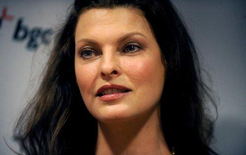 """Linda Evangelista révèle être """"défigurée à vie"""" en raison d'une intervention esthétique"""