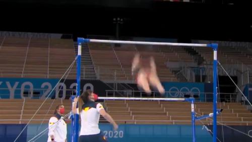 L'impressionnante chute d'une gymnaste espagnole aux barres asymétriques