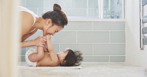 Wickelauflage für die Badewanne im Test: So spart ihr Platz   familie.de