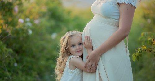 Ab jetzt Geschwisterkind: Wenn Mama ein Baby bekommt | familie.de