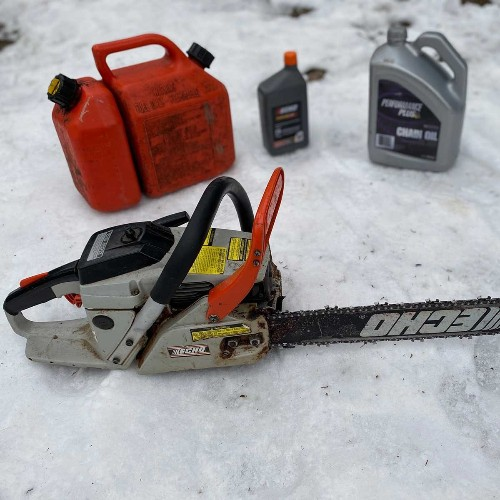 How to Lubricate a Chainsaw With Oil