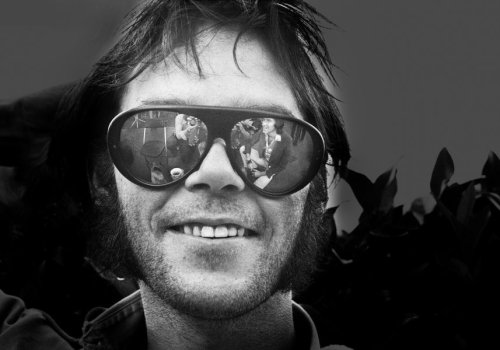 Watch Neil Young perform a sublime rendition of 'Old Man' in 1971