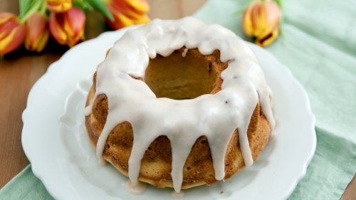 This Clever Hack Will Allow You To Make a Bundt Cake With a Regular Pan