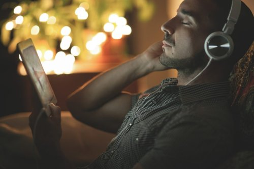 Bestimmte Musik vor dem Zubettgehen kann den Schlaf stören - FITBOOK