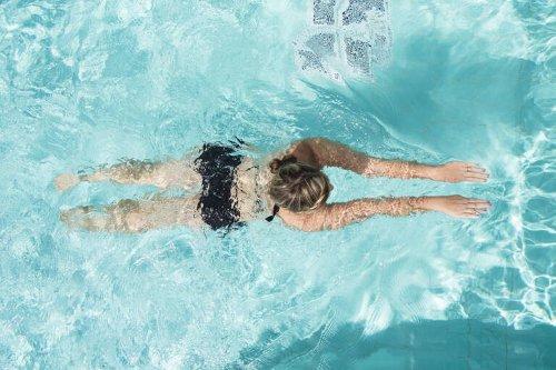 Schwimmen lernen für Erwachsene – mit diesen Tipps klappt's
