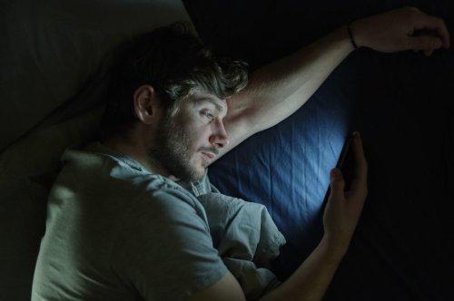 Nachtmodus auf Smartphone – was bringt er für den Schlaf? – FITBOOK
