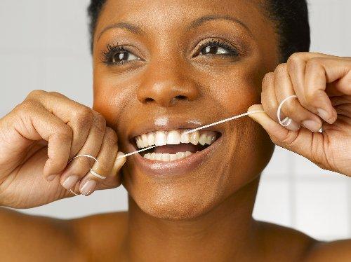 Zahnseide besser vor oder nach dem Putzen verwenden? - FITBOOK