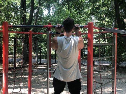 Klimmzug-Training mit und ohne Hilfsmittel