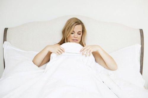 Mikrobiologin erklärt, wie oft man die Bettwäsche wechseln sollte